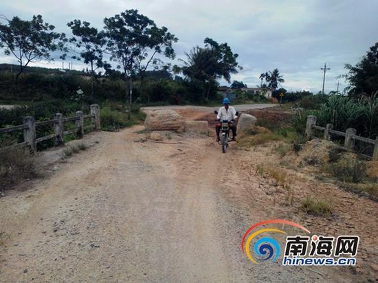 村民骑着摩托车在危桥上行走(南海网记者刘培远)