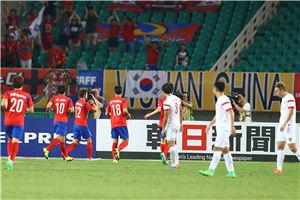 东亚杯-中场两悍将破门 国足全场被动0-2韩国