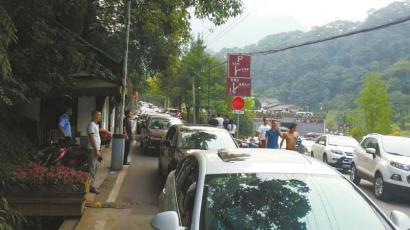 8月1日,青城后山车辆拥堵。