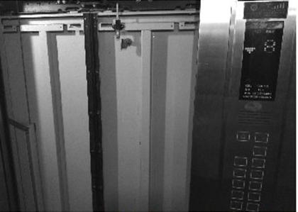 花城锦苑小区8楼的电梯门被封闭。