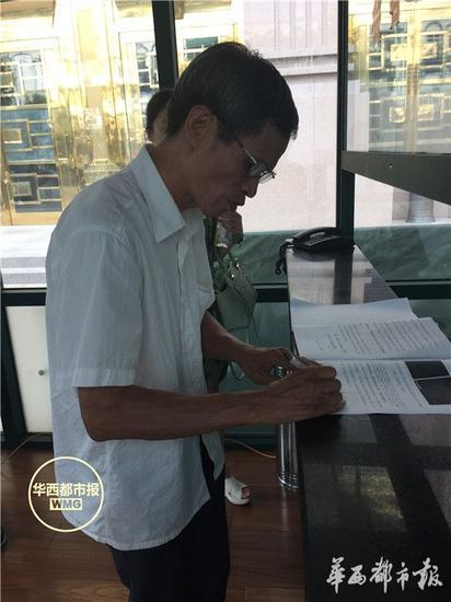 最高法刑事庭的传达室内,林尊耀在签署材料准备提交。