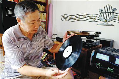 刘定邦拿出一张他收藏的黑胶唱片。