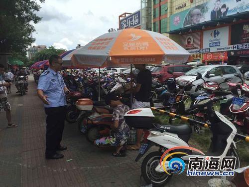 执法人员责令该违规停车点还路于民。