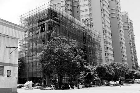 市政规划路上盖了6层高的洗车场