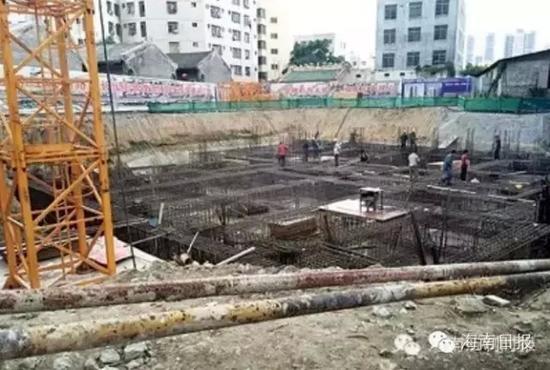 内安置房建设工地,建筑工人正在忙于施工。记者王慧摄