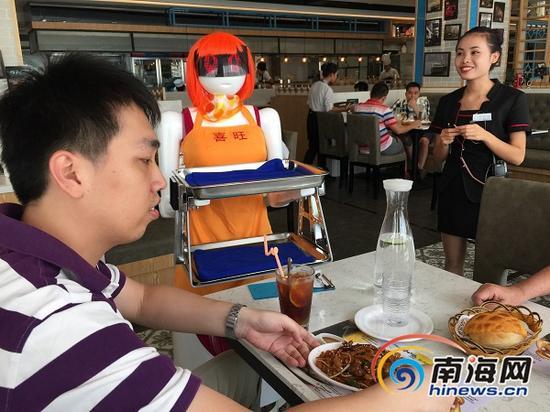 日前,机器人服务员在海口市海秀东路一家香港茶餐厅上岗,能说话、会传菜,还会卖萌。南海网记者 李晓梅 摄