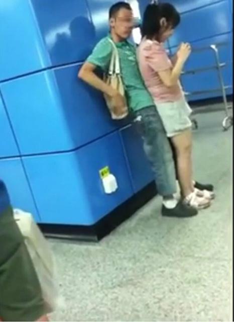 情侣广州地铁站大尺度亲密视频网络疯传 市民觉尴尬