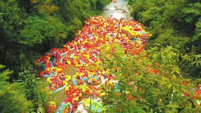 上周末两天,每天都有上万人拥向德阳什邡红峡谷漂流和避暑。