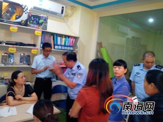 海口市某派出所民警现场调解(南海网记者刘培远摄)