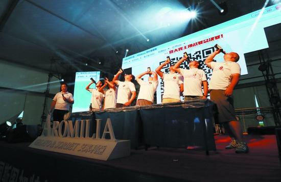 竞饮大赛男子速饮赛决赛选手在台上比拼。半岛晨报、海力网摄影记者阎昱颖