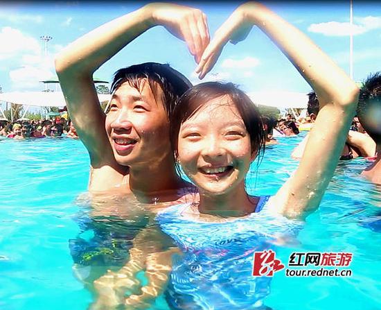 看小姐的逼水得到_(丁先生和袁小姐以1分17秒的水下接吻时长获得第一名.