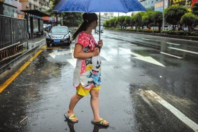 7月24日,深圳雨天。路面上的各种标示箭头,仿佛在为思思指引方向。今后该何去何从,她并没有想太清楚。