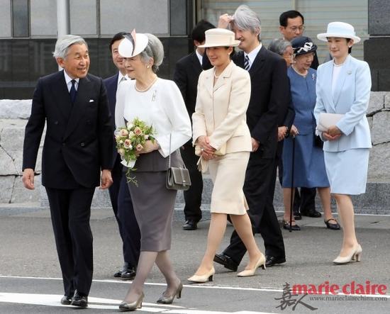明仁天皇一家,最前面的是明仁天皇与皇后美智子