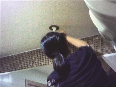 偷拍与自己拍_工人在女浴室偷装摄像头 拍下自己成证据(图)