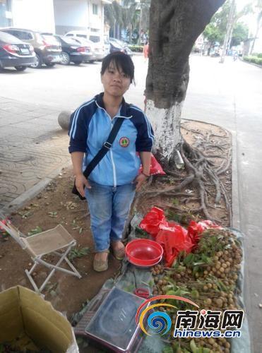 吴兰只能在路边摆摊卖水果。