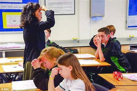 杨老师教学生做眼保健操。