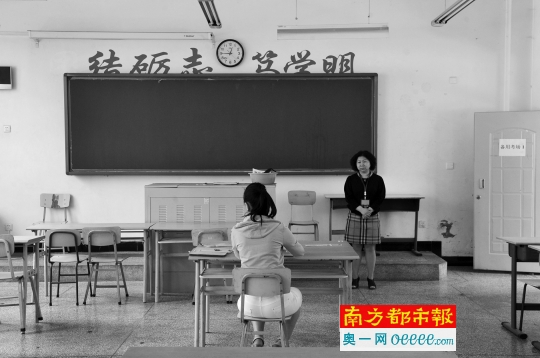 宁夏首位瞽者考生黄莺在为其独自预备的科场加入高考。 材料图像