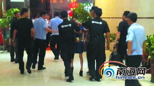 跳楼女子被民警控制带离现场。