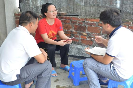 新浪广西编辑采访刘岚岚和刘爸爸。