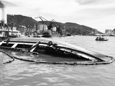 被台风刮翻的货船