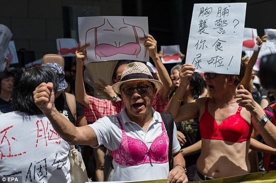 香港女子胸部袭警入狱 民众穿胸罩抗议