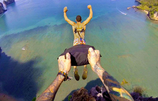 当打开挂在金属钩上的降落伞时,米拉蒙特感到超级兴奋与刺激。