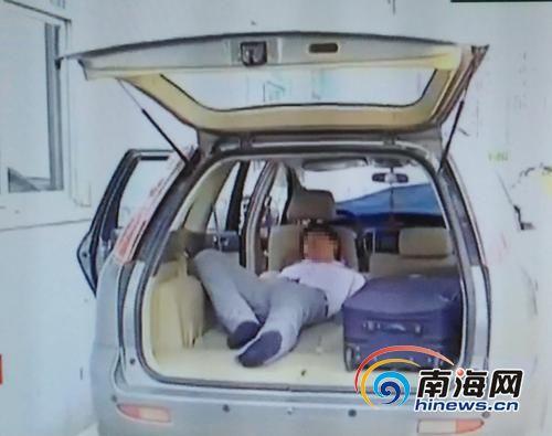 王先生睡在车内。南国都市报记者王小畅翻拍