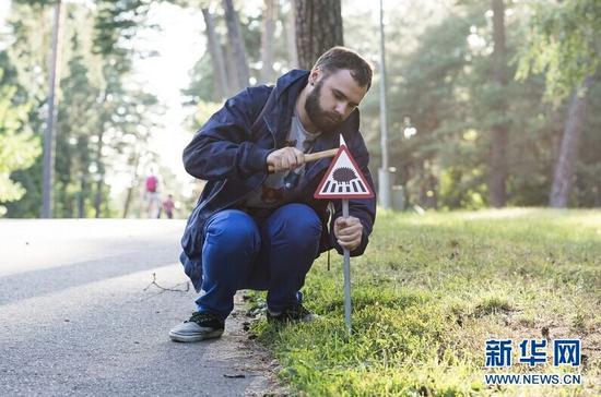 动物保护者在安放迷你路牌。 (Clinic212供图 格莱塔7月22日摄)