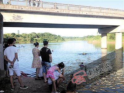 不少市民一家老小来游泳。 见习记者 敖一航 摄