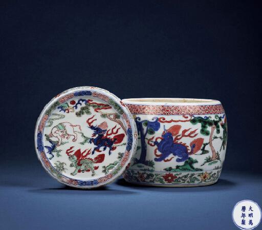 明萬曆官窯青花五彩瑞獸紋鼓式促織蓋罐