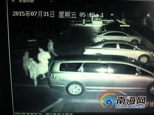 监控显示,女保安(左)上前阻拦盗贼。南国都市报记者姚传伟翻拍