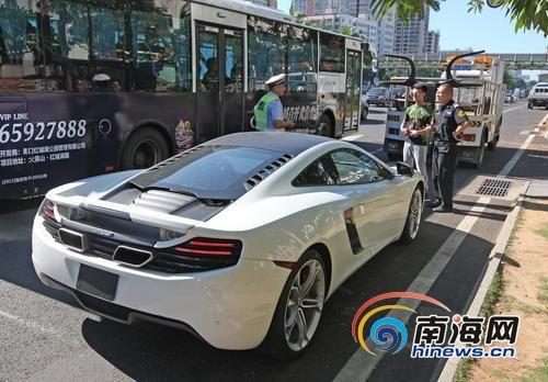 这辆上百万跑车不挂牌被交警暂扣。南国都市报记者汪承贤摄
