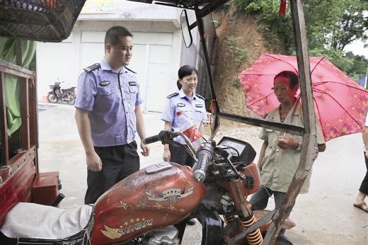 收到举报信后,交警驱车280公里到老人家中劝说。 交警供图
