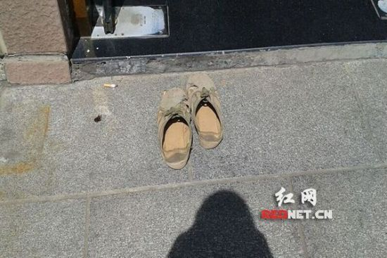 民工易师傅将这双鞋脱在门外,赤脚进去上了厕所(网友供图)