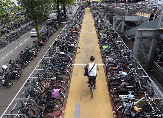 荷兰式的自行车停车场