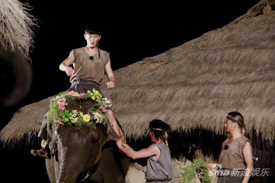 于小彤骑大象帅酷实足