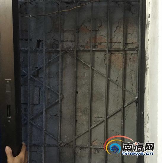 墙面紧贴防盗窗(南海网记者马伟元摄)