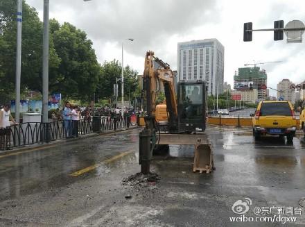 上海东方路浦电路口水管爆裂