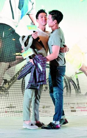 崔始源与彭于晏玩抱抱,令女粉丝至关冲动。