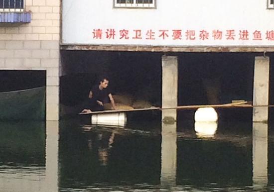 男子行窃被发现跳湖中数小时 持刀自残对峙(图)