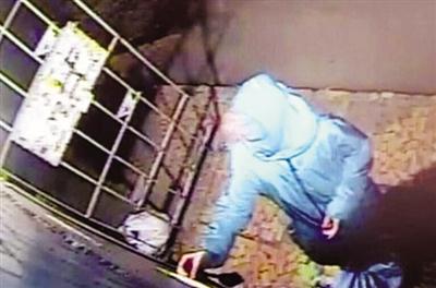 公寓监控录像显示,塔玛拉曾多次使用电梯将黑色编织袋运出公寓,其中所放便是受害人的残肢