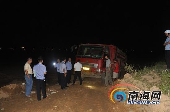 执法人员拦截违法采砂车辆(通讯员罗德法摄)