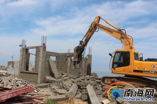 8月6日,儋州组织相关部门对位于海岸带保护范围内的违建进行拆除。南国都市报记者林书喜通讯员李绍远摄