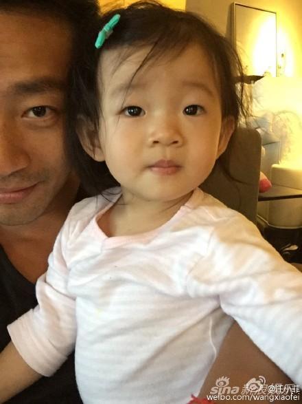 汪小菲抱着女儿