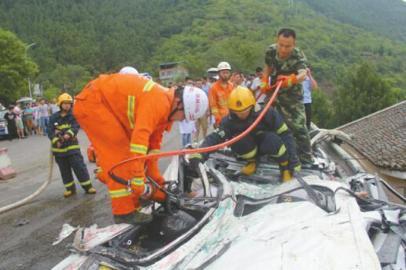 消防官兵营救轿车中被困人员。