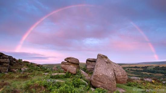 彩虹能让我们看到可见光波段中不同波长的色光
