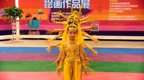 通州区芙蓉幼儿园的小朋友带来精彩的舞蹈《千手观音》