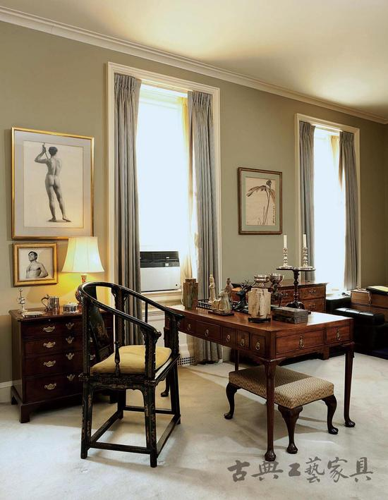 踩着清末从宫廷中流传出来的地毯,你可随意选择一件明代红木椅坐下,而书案上十几件古玉,则可随时把玩。