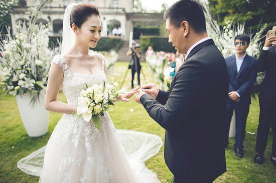 【婚嫁】李小冉嫁给了男闺蜜!比利时办婚礼幸福洋溢