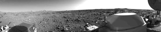 """维京一号于1976年7月20号登陆火星后不久传回的第一张全景图片,拍摄地点为""""黄金地""""。"""